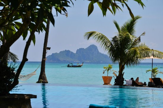 Phi Phi Island Village Beach Resort : Pool with a view