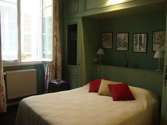 Hotel Garlande : Queen bed in triple room