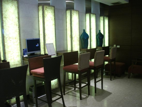 Richmond - the Stylish Convention Hotel: internet area - one stool - terible and 150 bt / hour