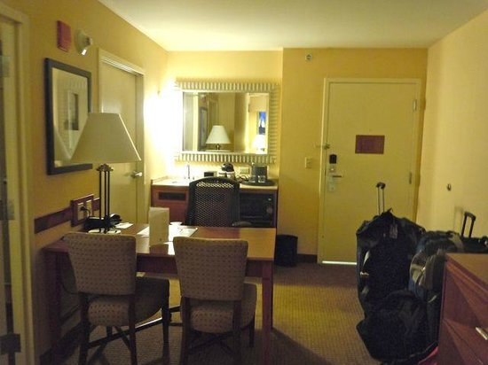 Embassy Suites by Hilton Boston - at Logan Airport: The other side of the Livingroom
