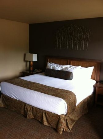 Meadow Lake Resort: nice king sized bed and great linens