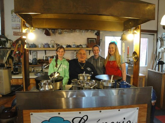 Le Barn Appetit Inn & Creperie : The girls with our hosts, Yvonne & Janet