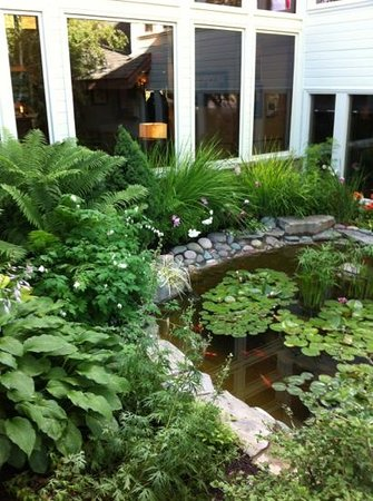 Meadow Lake Resort : water lilies and garden was peaceful and all flowers looked great!!
