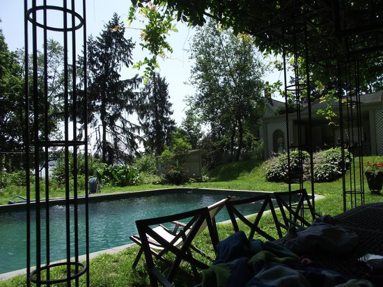 RiverView Bed & Breakfast : beautiful picnic table near pool with canopy of leaves