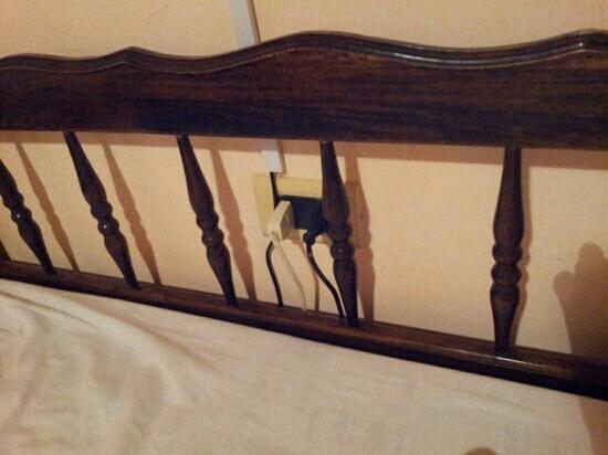 El Portal de las Viñas: cero seguridad. enchufes en la cabecera de la cama!!!