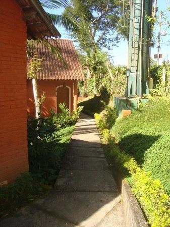 Hotel Mirante Do Penedo: Caminho para alguns chalés