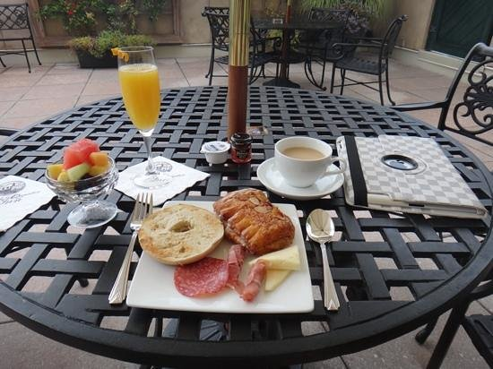 French Quarter Inn: breakfast on the patio
