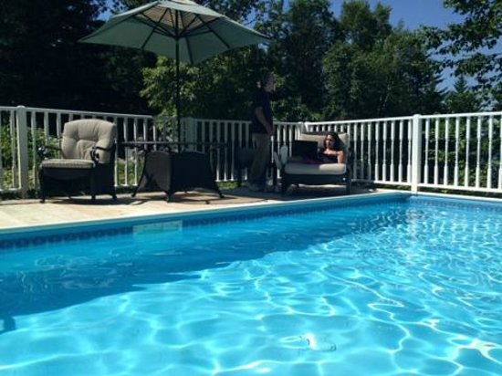 Inn at Bay Ledge: Relaxing by the pool