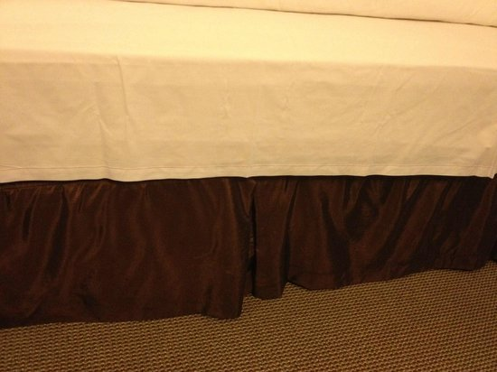 Hampton Inn & Suites Boston Crosstown Center: flat sheet not tucked in at foot of bed-won't reach far enough