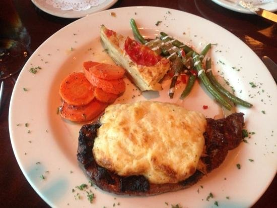 Georgio's Fine Food & Spirits: steak with a crab topping