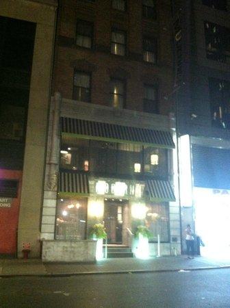 Moderne Hotel: Front door on 55th Street