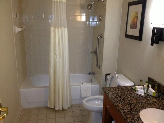 DoubleTree by Hilton Hotel Atlanta Airport: Good Size Bathroom & Clean
