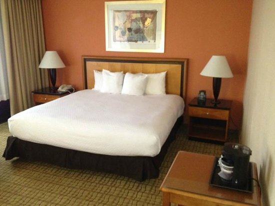 DoubleTree by Hilton Hotel Atlanta Airport: Bedroom - Much Larger than Photo shows