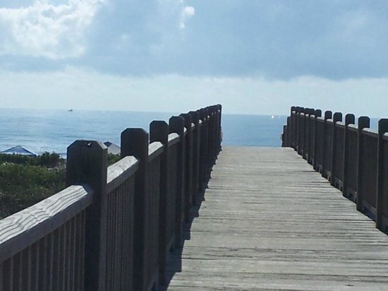 La Copa Inn Beach Hotel: Boardwalk to the beach