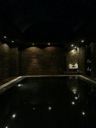 Novotel Beijing Sanyuan : Tini swimming pool (4~5 strokes?) with no lights and no supervision