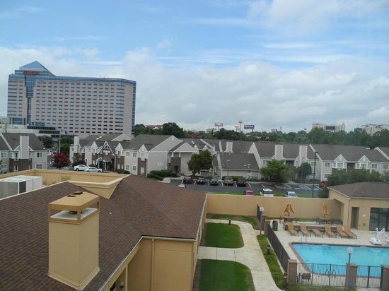 Courtyard Atlanta Airport North/Virginia Avenue : Pool view from 4th floor room