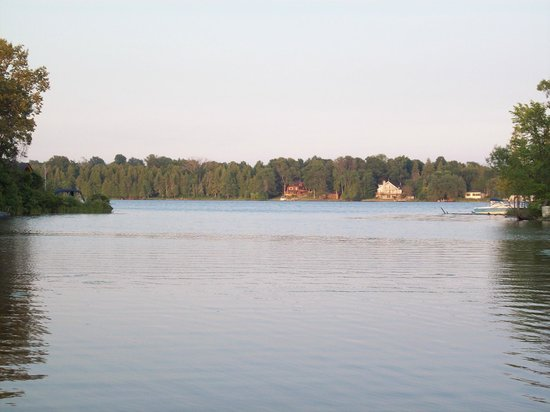 Caygeon Cove Resort: Looking out onto Pigeon Lake