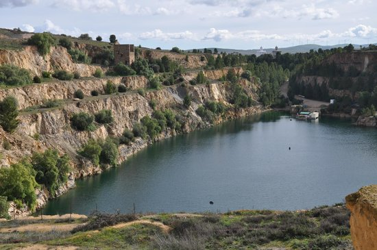 Burra, Australien: The open pit of Monster Mine, with the Graves Engine House & the deep water diving training cent