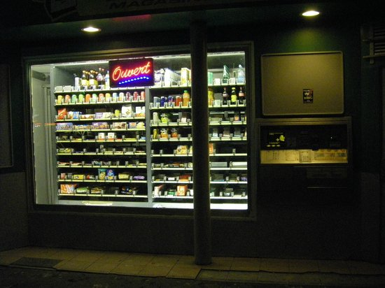 Villa Lutece Port Royal: Store front vending machine on Boulevard L'Hopital  on the way to  Place d'Italie  from the hote