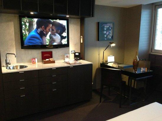 Clarion Hotel Soho: Tea & Coffee Facility in room