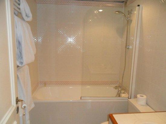 France Louvre: baño con comoda bañera y ducha fuerte