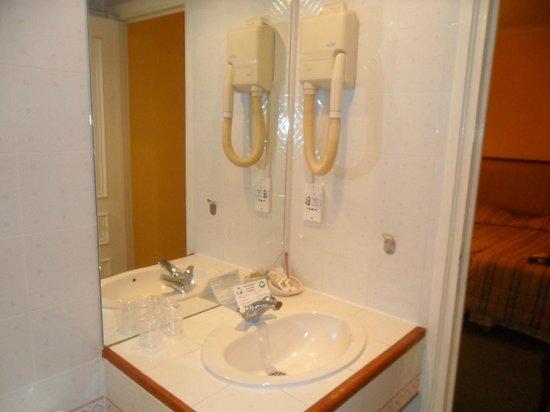 France Louvre: baño con secador de cabello y comoda bacha