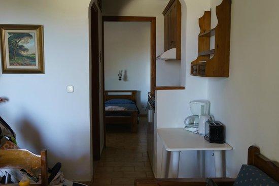 Sunny Suites Apartments: キッチンとベッドルーム