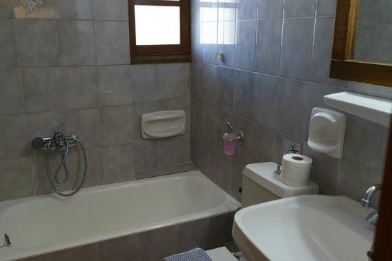Sunny Suites Apartments: 小さなバスタブ付きのバスルーム