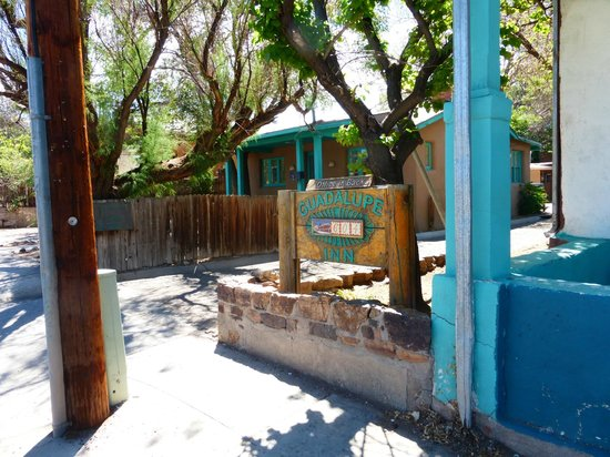 The Guadalupe Inn: Entrance off the street
