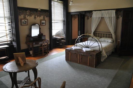 Martindale Hall Heritage Museum: One of the master bedrooms with ensuite.