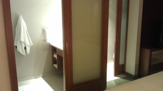SpringHill Suites Columbus OSU: Sliding doors