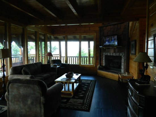 Brother's Cove Log Cabin Rentals : Living room