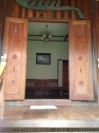 Auberge Sala Inpeng (Mekong Riverside Inn): The wooden doors of the Superior Room