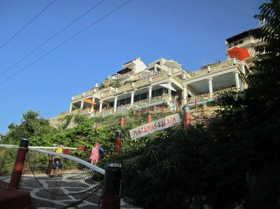 Platanias Palace: Walking path to restaurant