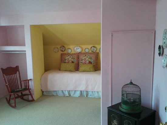"Serenity Farmhouse Inn: Inside my ""pink"" room"