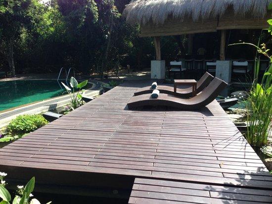 Uga Jungle Beach : Sun loungers on a flaoting deck