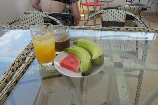 Mojzo Inn: Fruits & juice for breakie