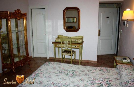 Sourire Hotel: Dettaglio camera matrimoniale