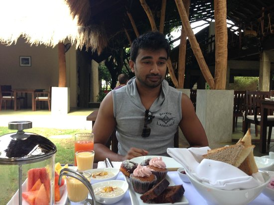 Uga Jungle Beach : Love the look on Chamal's face! Breakfast - First Tray