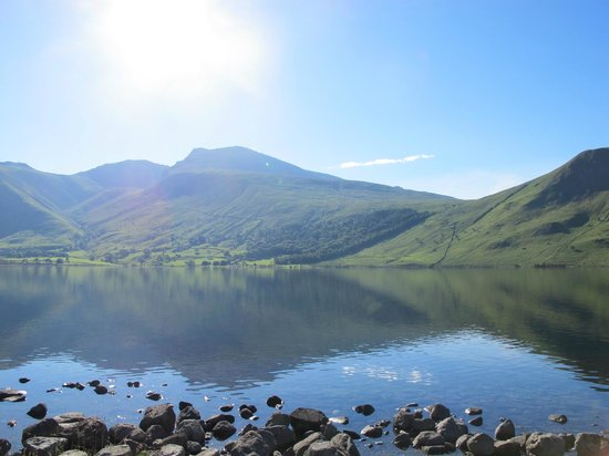Wasdale National Trust Campsite: The campsite is situated right by the lake (Scaffel Pike at the back)