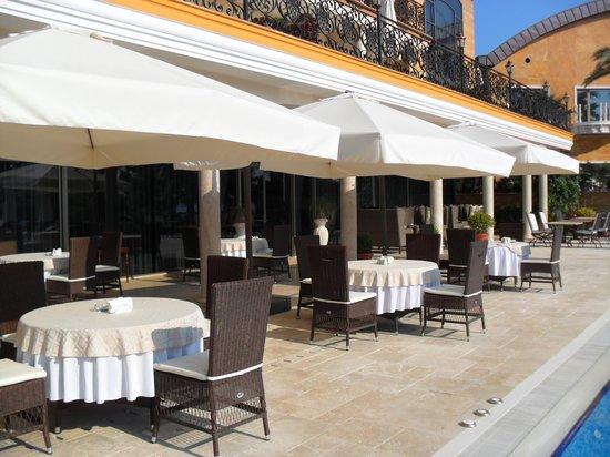 Villa Augusto: столики у бассейна, где мы завтракали)