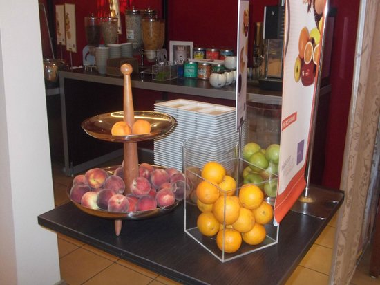 Novotel Lille Centre Gares: SOME OF THE LOVELY FRUIT , AT BREAKFAST