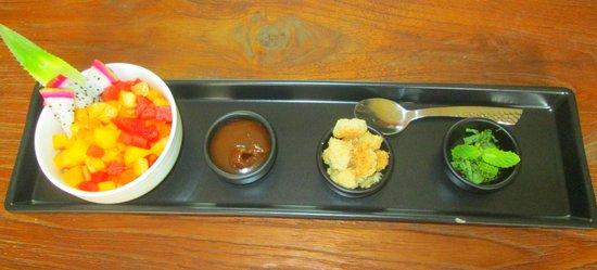 Delicat & Sens: Tartare de fruits et ses condiments : crumble, caramel et basilic Thaï