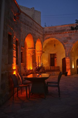 Cappadocia Palace: The courtyard in the evening