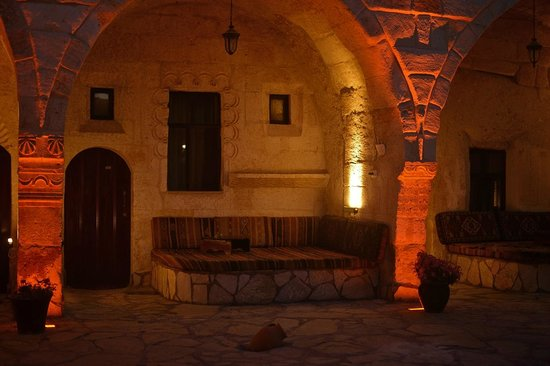 Hotel Cappadocia Palace: The courtyard in the evening