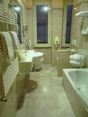 Hotel Museum : Our bathroom