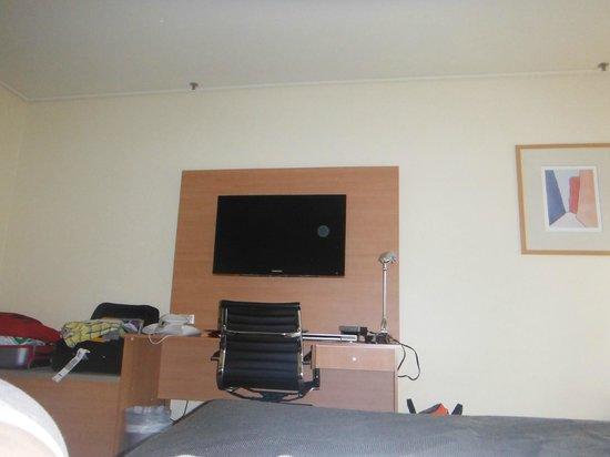DoubleTree by Hilton Hotel Alice Springs: Biurko i telewizor w pokoju hotelowym,
