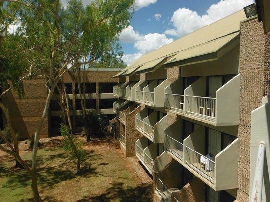 DoubleTree by Hilton Hotel Alice Springs: Balkony przy pokojach hotelowych,