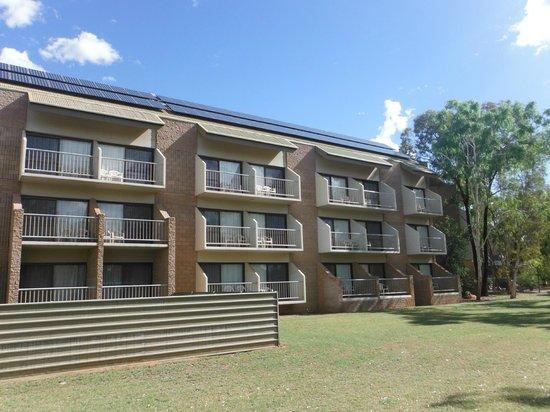 DoubleTree by Hilton Hotel Alice Springs: Hotel widziany od strony ogrodu,