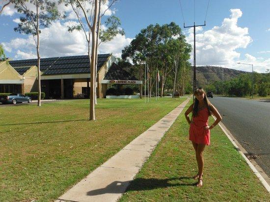 DoubleTree by Hilton Hotel Alice Springs: Teren przed hotelem,